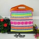 bj00077 Bolsa de mano artesanal arcoiris medida 35.5×28 cm con asa de maderamayoreo fabricante proveedor taller maquilador (1)
