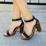 zs01008 Huaraches Mexicanos De Plataforma Artesanales Color Negro De Piel Con con rosas bordadas altura de 6.5 cm Hecho En Sahuayo Michoacan mayoreo fabricante calzado zapatos